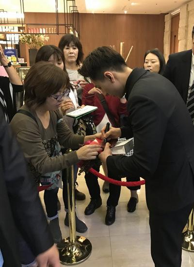 Isaac giao lưu và ký tên tặng người hâm mộ tại Lễ trao giải thưởng Ngôi sao châu Á 2016