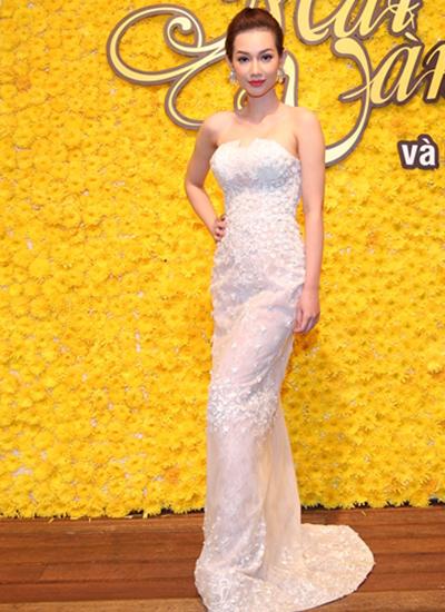 Quỳnh Chi khoe vai trần với váy cúp ngực