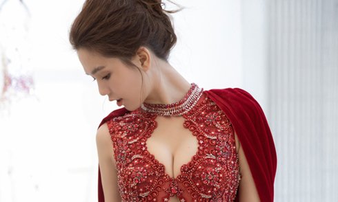 Ngọc Trinh chọn váy xẻ ngực dự chung kết hoa hậu ở Hàn Quốc