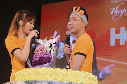 Trấn Thành bất ngờ nhận được bánh kem từ người hâm mộ tặng. Anh cùng bạn gái cắt bánh chia sẻ niềm vui với mọi người.