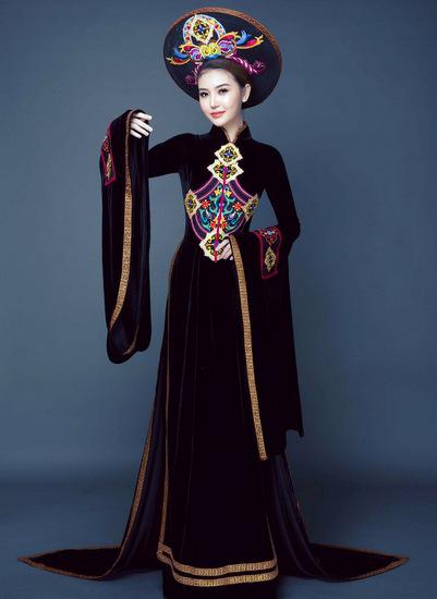 Bộ áo dài được thiết kế với ba tà trước sau, kết hợp cùng phần tay vạt rộng