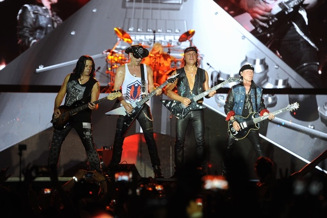Ca sĩ chính của Scorpions khoác cờ Việt Nam lên sân khấu