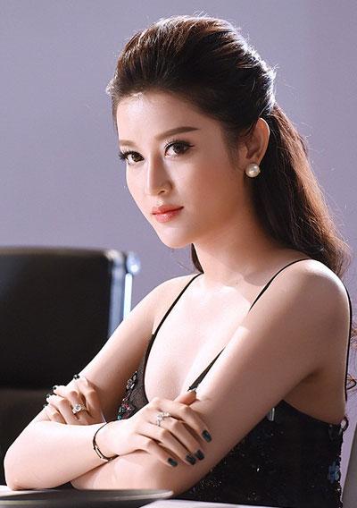 angela-phuong-trinh-trang-diem-dep-nhat-tuan-voi-tong-co-dien-2