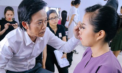 Hoài Linh trang điểm cho nữ diễn viên trong hậu trường