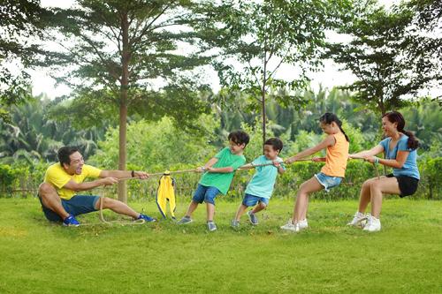 Bất kỳ trò chơi nào của các con, vợ chồng anh cũng tìm cách dự phần chứ không chỉ ngồi nhìn và cổ vũ. Theo Phan Anh, vận động cùng con giúp cha mẹ khỏe mạnh, đồng thời hiểu và gần gũi với các con hơn.