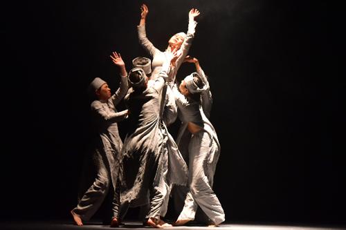 Kịch kết hợp nhiều loại hình nghệ thuật như: Kịch nói, múa đương đại và tuồng cổ để khai thác tối đa diễn xuất đa dạng của các diễn viên.