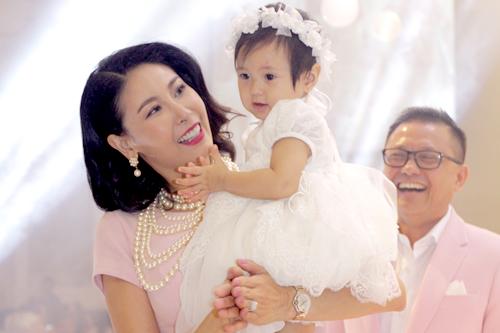 Hoa hậu Hà Kiều Anh hạnh phúc bên cô công chúa