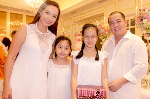 Người mẫu Thúy Hạnh cùng ông xã - nhạc sĩ Minh Khang dẫn theo hai cô con gái