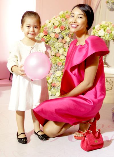 Ca sĩ Đoan Trang bên cô con gái Sol. Người chồng Thụy Điển bận công việc nên không đi cùng hai mẹ con.