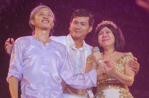 Liveshow Việt Hương diễn ra trong mưa suốt 2 giờ