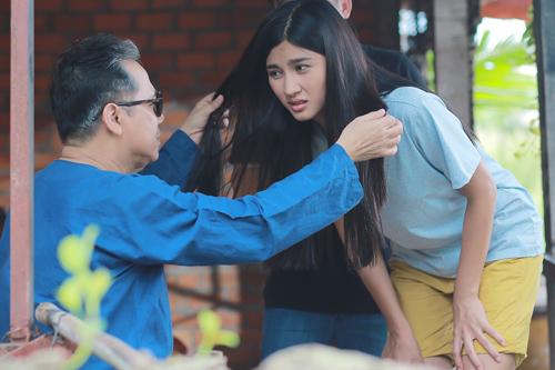 Thành Lộc pha trò cùng diễn viên Kim Tuyến (phải) trên phim trường. Tác phẩm dự kiến ra mắt khán giả vào dịp Tết Nguyên đán 2017.