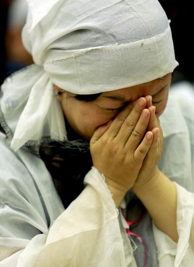 Một người con nuôi của Út Bạch Lan nghẹn ngào tiễn biệt bà.