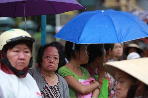 7h kém, làm lễ bái quan Khi buớc ra cổng chùa, nhiều ng dân che dù, mặc áo mưa tiễn đưa