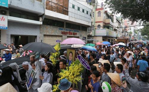 Khán giả cầm lan trắng, đội mưa tiễn biệt 'sầu nữ' Út Bạch Lan