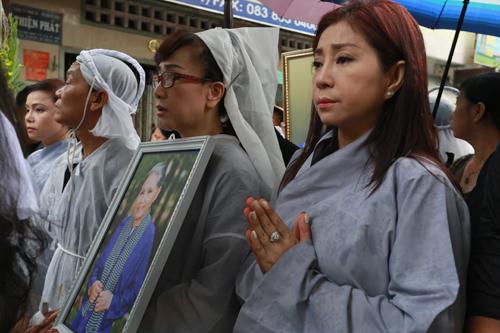 Từ phải qua: Nghệ sĩ Thoại Miêu, Phương Hồng Thủy tiễn đưa mẹ Út Bạch Lan