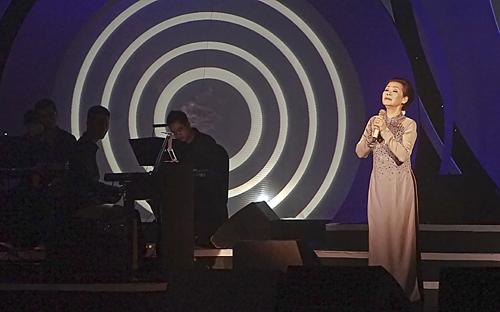 Danh ca Khánh Ly ở liveshow của bà tại Hà Nội vào tháng 5/2014.