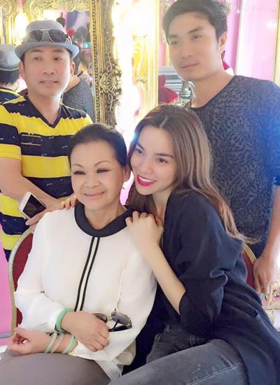 Ca sĩ Hồ Ngọc Hà bên danh ca Khánh Ly, ca sĩ Quang Thành (trái) và chuyên gia trang điểm Nguyễn Hùng.