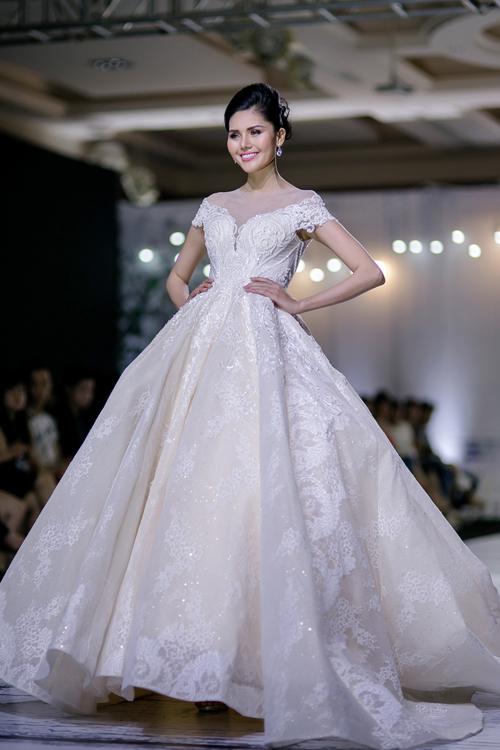 Nữ hoàng sắc đẹp Toàn cầu diện váy cưới xẻ ngực trên sàn diễn