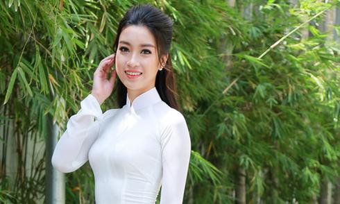 Hoa hậu Mỹ Linh diện áo dài đi trao học bổng