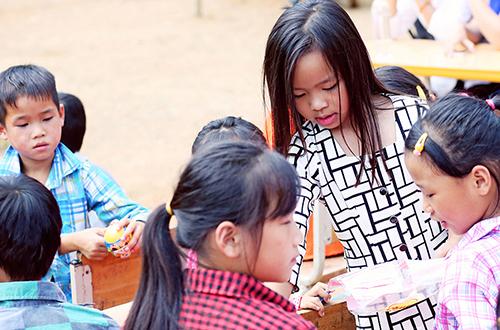 viet-huong-cung-chong-con-tang-ao-am-cho-tre-ngheo-mien-nui-4