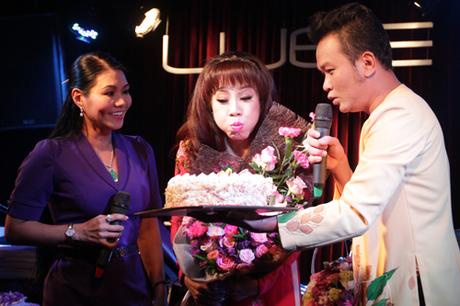xúc động cho biết Phương Hồng Thủy là người chị đã nâng đỡ mình trong suốt thời gian ca hát ở Việt Nam và khi mới sang Mỹ.