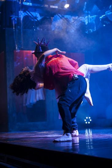 Màn vũ đạo trên nền nhạc She Will Be Loved gây ấn tượng mạnh mẽ.