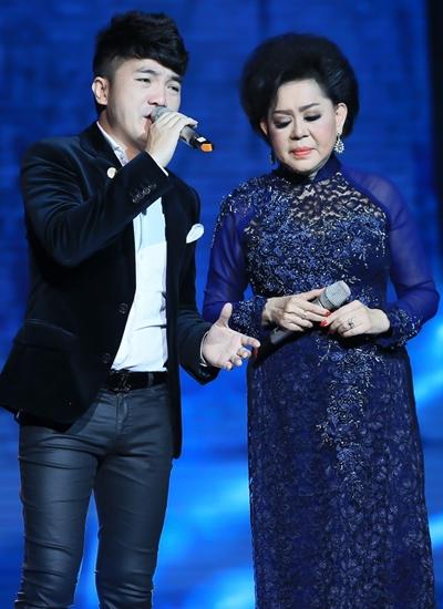 Ca sĩ Dương Ngọc Thái - một người con nuôi khác - song ca cùng Giao Linh ca khúc Xin thời gian qua mau.
