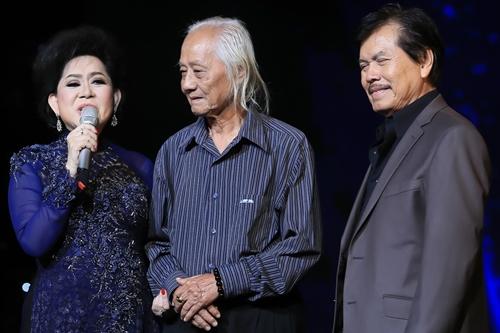Nhạc sĩ Ngọc Sơn (giữa) là người đầu tiên