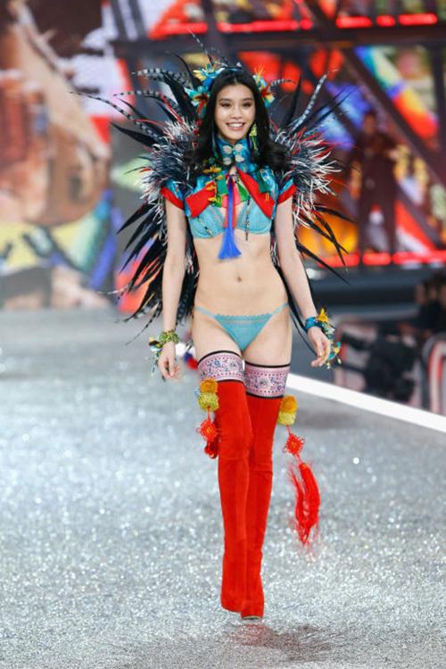 Bốn chân dài gốc Hoa tỏa sáng trên sàn diễn Victoria's Secret 2016