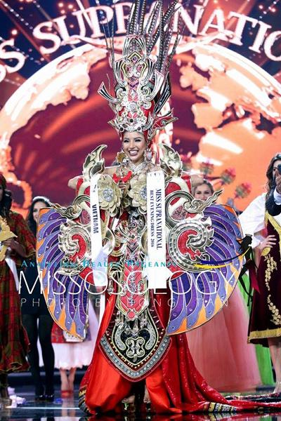 Váy bị chê của Khả Trang giành giải 'Trang phục dân tộc đẹp nhất'