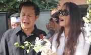 Nghệ sĩ, người thân rưng rưng hát bên mộ Quang Lý