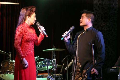 Tối 8/12, Thoại Mỹ tổ chức đêm nhạc tại TP HCM cùng các thí sinh trong đội chị ở chương trình trình tìm kiếm tài năng vọng cổ và nhiều đồng nghiệp.