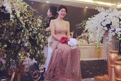 Đông Phương khoe hình thể gợi cảm trong bộ váy cưới màu hồng nude.