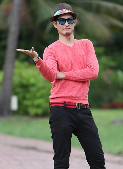 Diễn viên Huy Khánh vào vai một tay buôn gỗ lậu, hay ghen và thích kiểm soát cuộc sống bạn gái.