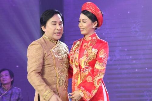 Thí sinh Võ Thị Ngọc Quyền (phải) được cả ba huấn luyện viên chọn nhờ