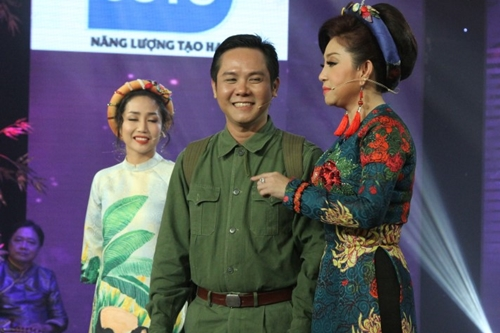 Thí sinh Bùi Thanh Phong thể hiện cảm xúc tiết mục Mẹ Ơi Hãy yên Lòng.