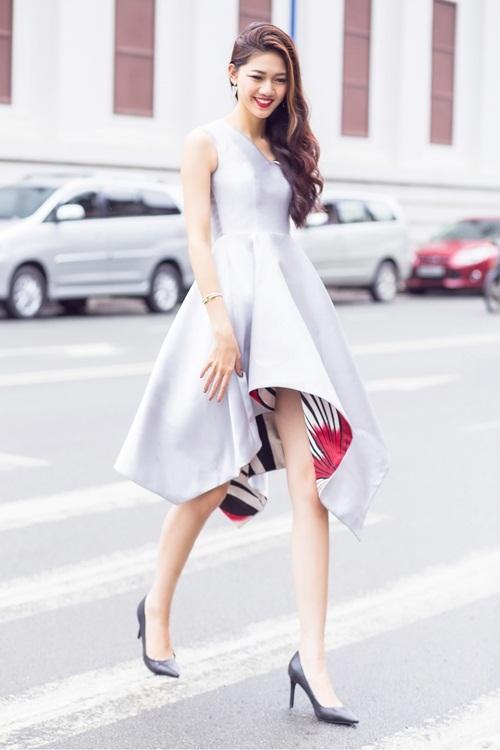 Á hậu Thanh Tú khoe street style với loạt váy ngắn