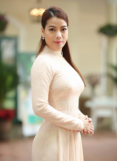 Trương Ngọc Ánh mặc áo dài trong sự kiện ra mắt sản phẩm gạo từ thiện của Quỹ Hiểu về trái tim do chị làm giám đốc truyền thông. Ảnh: Mr Bil.