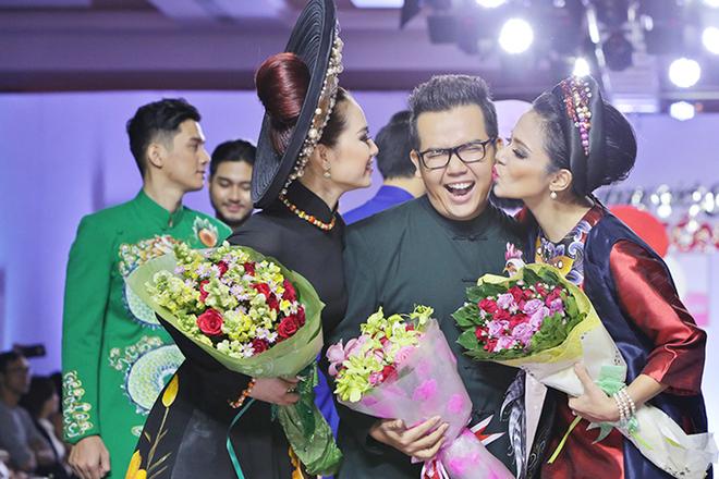 Việt Trinh làm vedette diễn áo dài cách tân