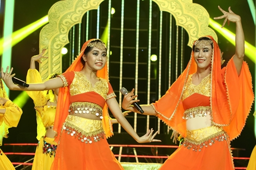 Bé Nhã Thu (trái) và biên đạo múa Lê Việt