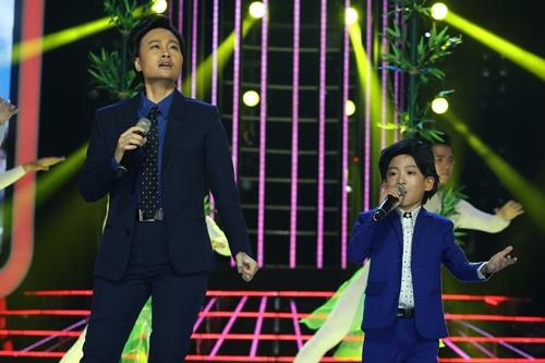 Hà Thúy Anh (trái) và bé Minh Chiến hóa thành ca sĩ Tấn Minh trong liên khúc Giai điệu Tổ quốc - Đất nước. Tập chung kết phát vào ngày 30/12.