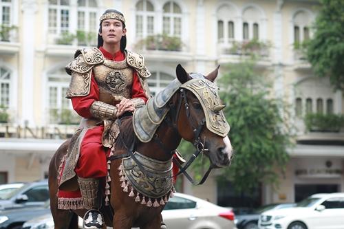 Nhân vật Lục Vân Tiên (Andy Long đóng) xuất hiện với tạo hình cổ trang, cưỡi ngựa đi giữa đường phố Sài Gòn.