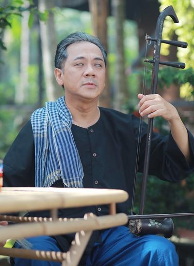 Thành Lộc vào vai một cụ già mù lòa mặc áo bà ba, đeo khăn rằn. Vai dựa trên nguyên mẫu là cụ Nguyễn Đình Chiểu.