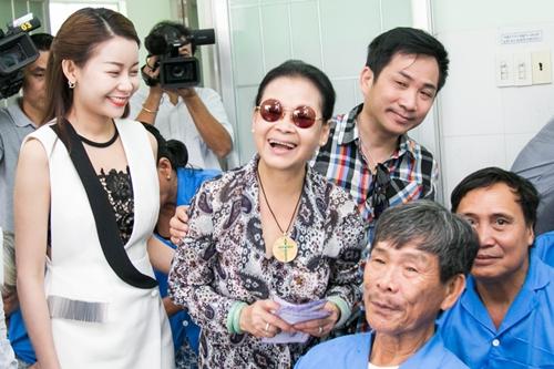 Giọng ca Hạ trắng (đeo kính cùng Mrs Áo dài Hải Dương (trái)