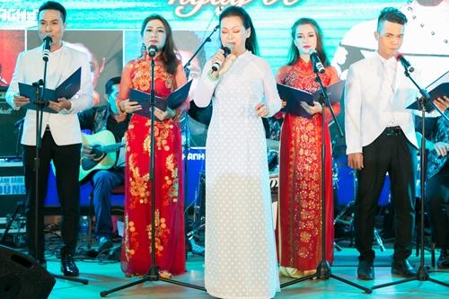 Trong chuyến đi vừa qua, Khánh Ly cũng thực hiện một đêm nhạc từ thiện mang tên Vòng tay nhân ái.