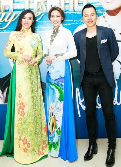 Ông bầu Vũ Khắc Tiệp (phải) bên hai người đẹp Hải Dương (giữa) và Mai Quỳnh (trái) thưởng thức đêm nhạc.