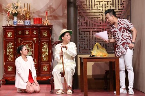 Trong tiểu phẩm cuối chương trình, nam diễn viên (phải) vào vai chủ nợ, đến xiết nhà