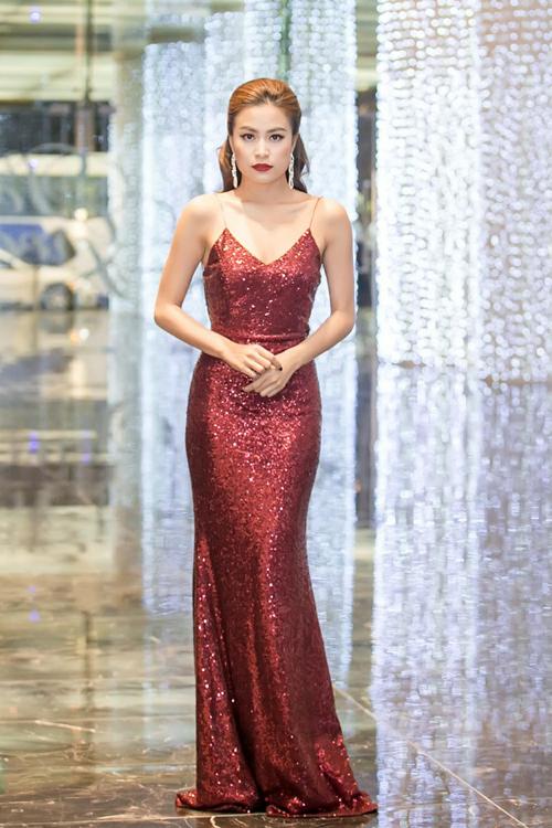 Hoàng Thùy Linh mặc váy hở lưng giữa trời đông Hà Nội
