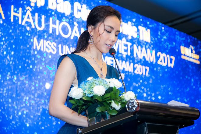 Phạm Hương khóc nức nở tại họp báo