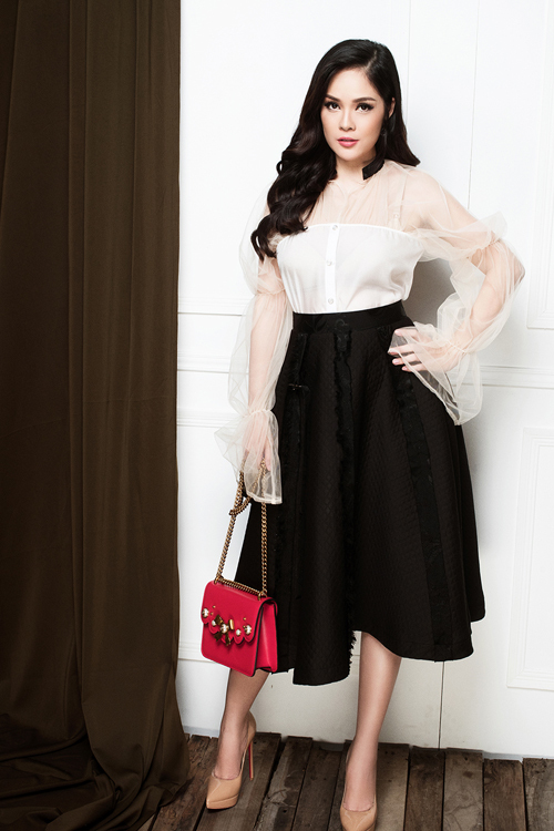 Dương Cẩm Lynh khoe dáng với đầm ôm, váy xòe